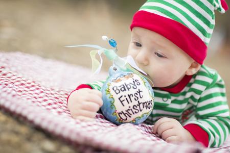 ojos azules: Hermosa infantil del bebé en manta con Babys primer ornamento de la Navidad.