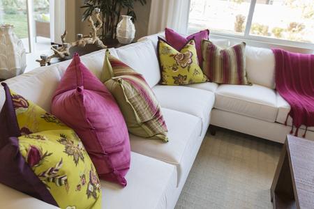 invitando: Hermosa Resumen de invitar colorido sofá Área de descanso y en la tabla.