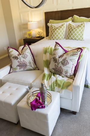 invitando: Hermosa Resumen de invitar Dormitorio Interior y �rea de estar. Foto de archivo