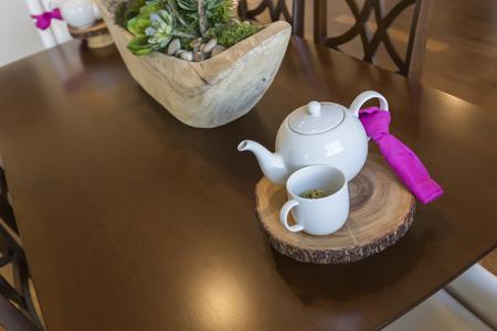 invitando: Resumen hermosa de invitar ajuste de la tabla con t� y hervidor.