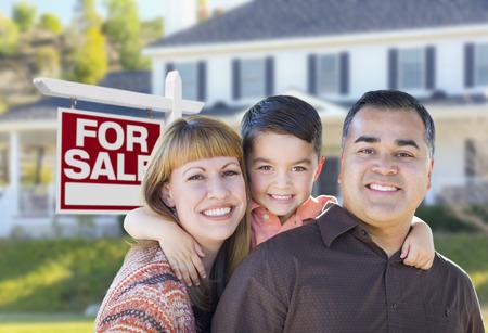 Glückliche junge Mischrennen-Familie vor für Verkauf Immobilien-Sign und New House.
