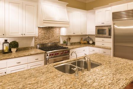 Hermosa personalizada Interior de la cocina en una casa nueva. Foto de archivo