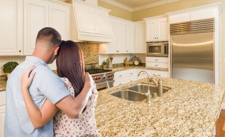 Giovani coppie militare Hopeful Rivolto verso Bella cucina personalizzata.