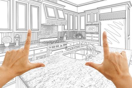 Mani femminili che incorniciano Custom Kitchen Disegno.