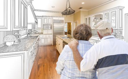Ältere Paare, die Über die Custom Kitchen Design Zeichnung und Foto-Kombination.