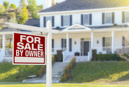 En venta por el propietario Real Estate Sign and Beautiful House.