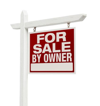 zakelijk: Voor verkoop door eigenaar onroerend goed teken alleenstaande op een witte achtergrond. Stockfoto