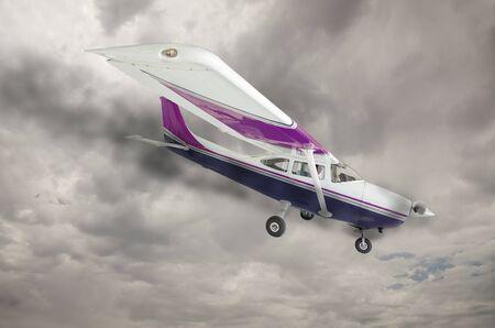 불길 한 회색 하늘을 엔진에서 오는 연기와 비행기. 스톡 콘텐츠