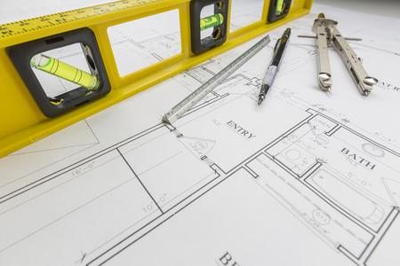 Bouw Level, Engineer Potlood, Heerser en Kompas Rustend op Custom House Plans.