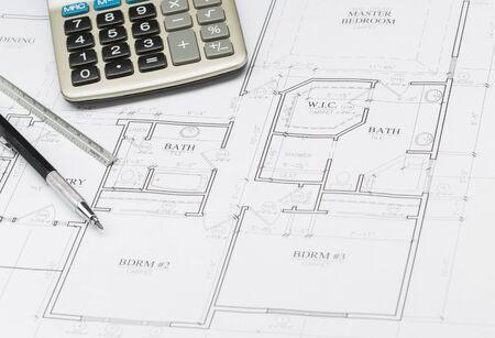 Crayon, Règle et Calculatrice de repos sur les plans de Custom House.