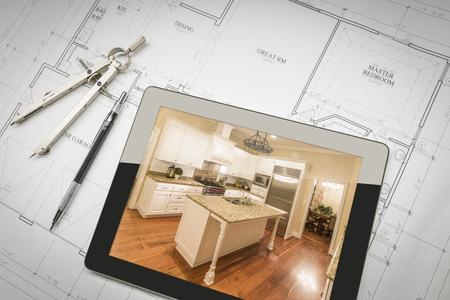 Tablet PC que muestra sentarse Planes acabados de cocina en la casa con lápiz y compás. Foto de archivo - 56110630