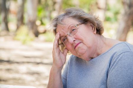 soledad: Malestar mujer mayor se sienta solamente el exterior.