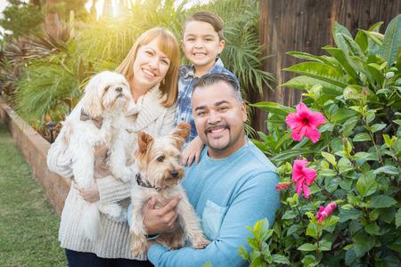 Feliz de la raza mezclada Familia retrato al aire libre. Foto de archivo
