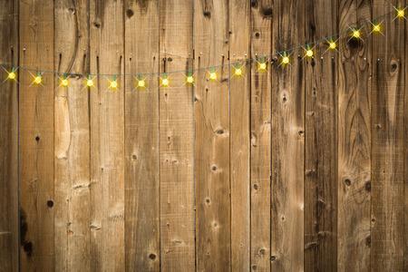 Lustrous Holz Hintergrund mit hellen String of Lights. Standard-Bild - 69324334
