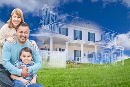 Familia de raza mixta feliz joven y casa fantasma dibujando sobre el césped.