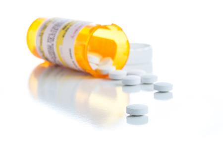 No Patentado botella de la medicina de la prescripción y píldoras derramados aislado en un fondo blanco. Foto de archivo
