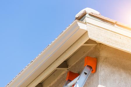 새로운 원활한 알루미늄 빗물 받이가있는 집.