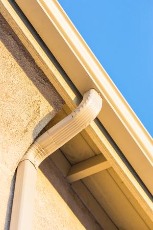 Casa di nuovo senza soluzione di alluminio Grondaie. Archivio Fotografico - 72273434