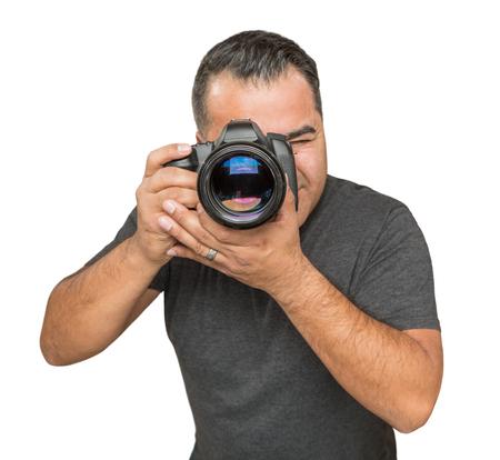 白い背景に分離したデジタル一眼レフ カメラでのハンサムなヒスパニック系の若い男性。 写真素材