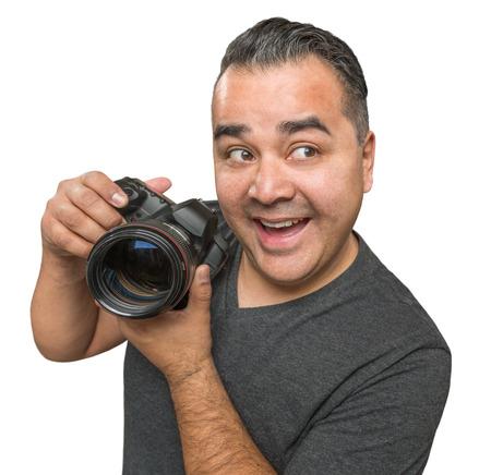 白い背景に分離したデジタル一眼レフ カメラでの間抜けなヒスパニック系の若い男性。