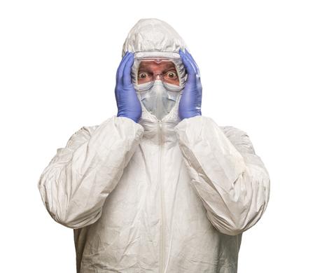 男は、白い背景で隔離防護防護服着用の手で頭を抱えています。