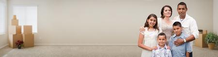 Junge hispanische Familie Innenraum mit Kästen Bannern. Standard-Bild