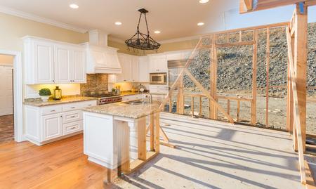 Bergang der schönen neuen Hausküche vom Rahmen bis zur Fertigstellung. Standard-Bild - 80182288
