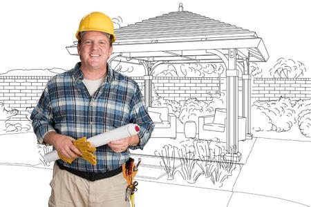 Mannelijke aannemer met huisplannen die bouwvakker voor aangepaste Pergola-terras die Tekening dragen dragen