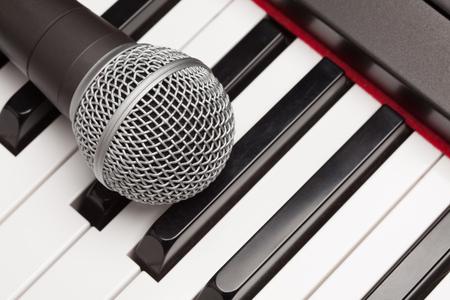 Microfoon die op de Samenvatting van de Elektronische Synthesizertoetsenbord legt.