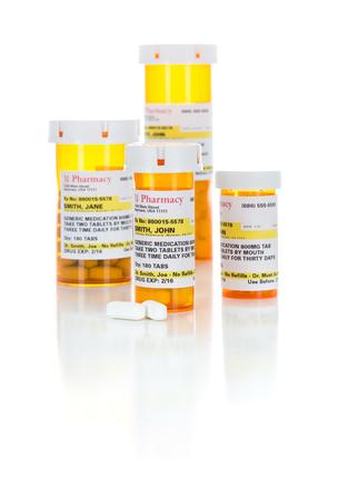 Bouteilles d'ordonnance et pilules de médicaments non exclusifs isolés sur fond blanc.