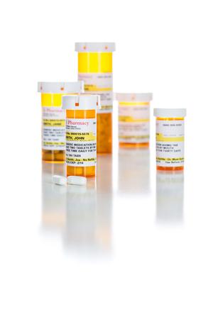 非専有薬処方ボトルと白い背景に分離された錠剤.