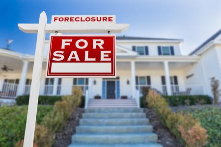 Droit droit droit de vente vente signe avant devant la maison Banque d'images - 94271668