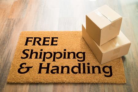 箱の出荷とウッドフロアの無料送料と取り扱いウェルカムマット。 写真素材 - 99361475