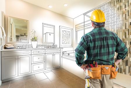 Entrepreneur face au dessin personnalisé de la salle de bain principale et à la gradation de la photo