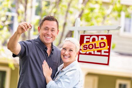 Caucasien, couple, devant, vendu, immobilier, signe, et, maison, à, clés