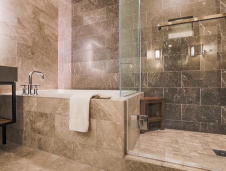 Bagno moderno piastrellato in marmo