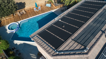 Thermal Solar Panels Installed on the Roof of a Large House. Banque d'images - 105715441