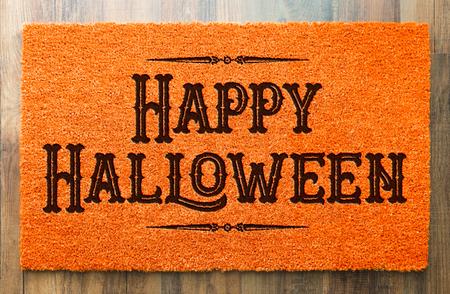 Happy Halloween Orange Welcome Mat On Wood Floor Background. Stockfoto