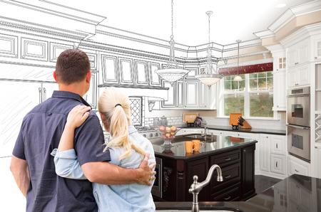 Coppia di fronte al disegno di una cucina personalizzata che si adatta alla foto.