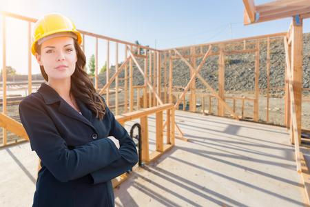 Entrepreneur féminin dans un casque au chantier de construction. Banque d'images