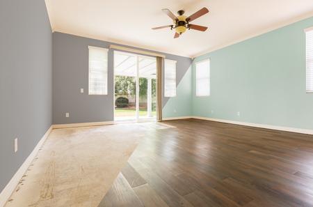 Leerer Raum mit Querschnitt, der vorher und nachher mit neuem Holzboden und Farbe zeigt
