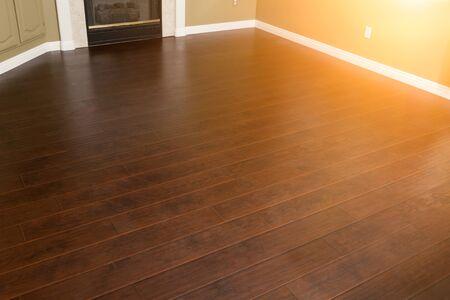 Bellissimi pavimenti e battiscopa in laminato marrone appena installati in casa.