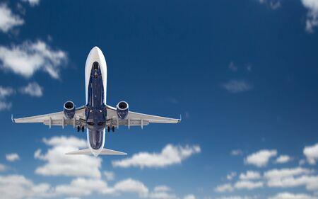 Bottom View of Passenger Airplane Flying In The Blue Sky. 版權商用圖片 - 126644190