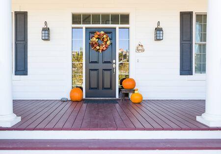 Herbstdekoration schmückt schönen Eingangsweg nach Hause.