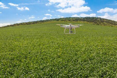 Aviones no tripulados de aviones no tripulados que vuelan y recopilan datos sobre tierras de cultivo del país.