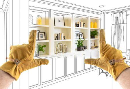 Männliche Auftragnehmer Hände Framing abgeschlossen Abschnitt der eingebauten Regale über Zeichnung. Standard-Bild