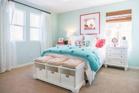 Innenraum eines wunderschön eingerichteten Schlafzimmers.