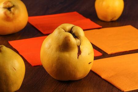 membrillo: Quince sobre la mesa de madera