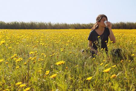 Er is jong meisje in een bloemrijke gebied in Cyprus.