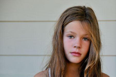 茶色の髪の若い女の子、カメラを見てください。
